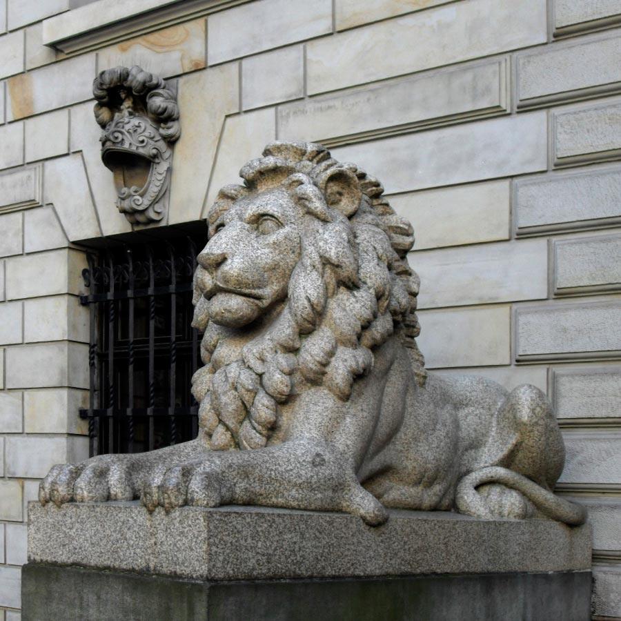 Скульптура льва из гранита