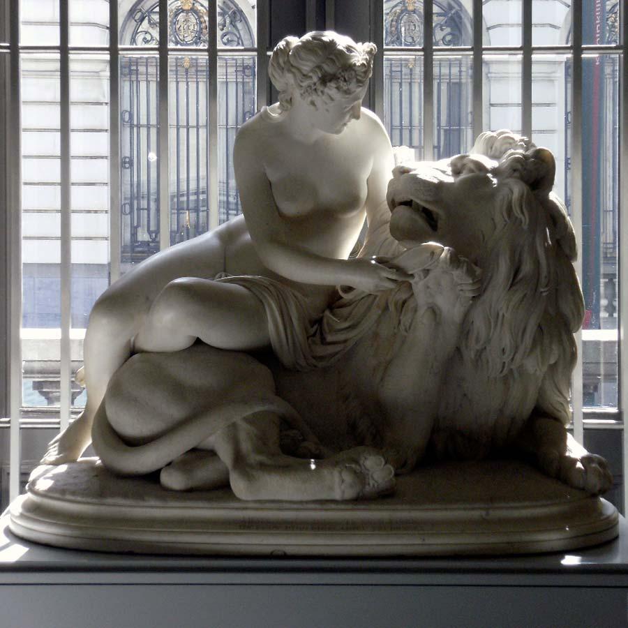 Скульптура льва из мрамора