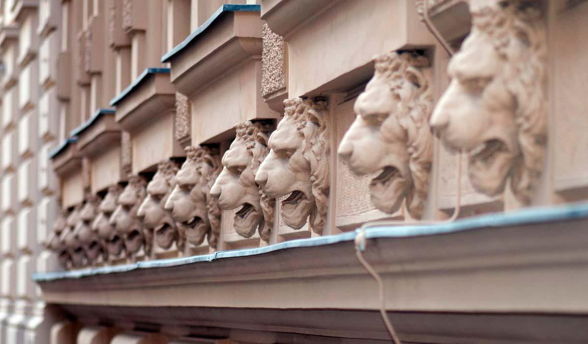 Маскарон. Морда льва как декор фасада.