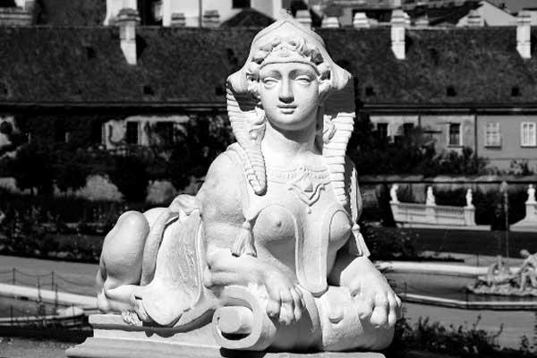 Скульптуры сфинксов в парке